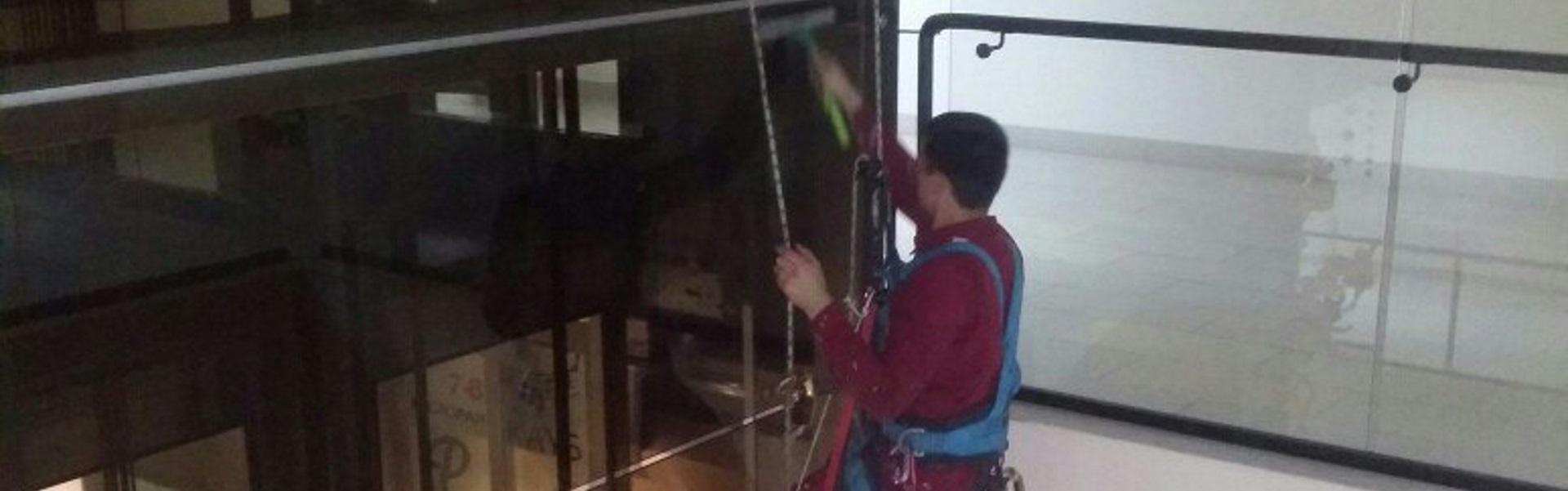 Миття ліфта в торгівельному центрі  Роксолана. Львів.