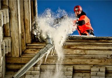 Очищення дахів від снігу й бурульок в Львові